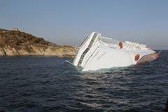 Das Luxuskreuzfahrtschiff vor der Küste der kleinen Toskana-Insel Giglio. Rund 4200 Menschen mussten nach der Havarie evakuiert werden. (Bild: Keystone / AP)