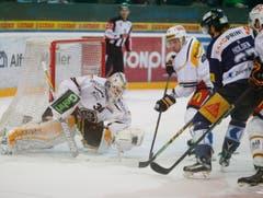 Lugano-Goalie Elvis Merzlikins hält die Scheibe. (Bild: Stefan Kaiser/Neue ZZ)