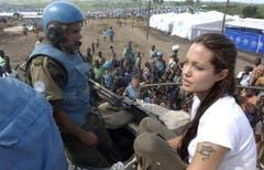 Jolie im Gespräch mit uruguayischen Soldaten in Kongo. (Bild: Keystone)