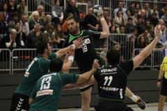 Kriens Boris Stankovic (Mitte) gegen Diomidis Argous Davor Taskovic (links) und Raqi Marango (Nr. 13). (Bild: Philipp Schmidli/Neue LZ)
