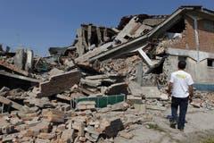 Ein eingestürztes Haus im Camposanto. (Bild: Keystone)