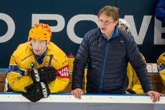 Der Davoser Stuermer Perttu Lindgren, links, und der Davos Trainer Arno Del Curto. (Bild: Keystone)
