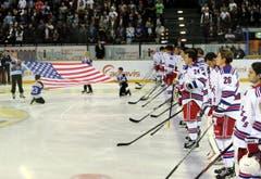 Die New York Rangers vor dem Spiel während der Nationalhymne. (Bild: Keystone)