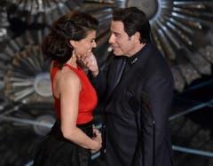 John Travolta geniesst seinen Auftritt mit Idina Menzel sichtlich. (Bild: Keystone / John Shearer)