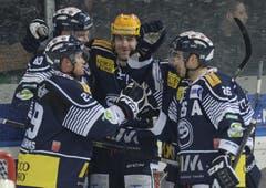 Die Ambri-Spieler feiern das Tor von Alexandre Giroux (Mitte) zum 1:0. (Bild: Keystone)