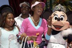 Whitney Houston mit ihrem Ehemann Bobby Browns und Tochter Bobbi Kristina bei einem Besuch des Disneylands in Anaheim. (Bild: Imago)