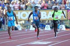 Yohan Blake (mitte) sprintet zum Meetingrekord. Er lässt Michael Frater (l.) und Rondel Sorrillo hinter sich. (Bild: Philipp Schmidli/Neue LZ)