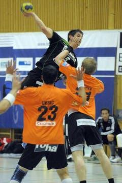 Wuchtig: Benjamin Steiger vom HC Kriens-Luzern. (Bild: Pius Amrein/Neue LZ)