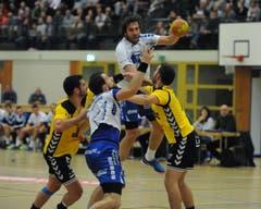 Der Krienser Boris Stankovic (am Ball) erzielte mehrere spektakuläre Treffer. (Bild: Urs Hanhart / UZ)
