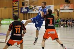 HCK-Spieler Daniel Baverud wird von David Graubner aufgehalten. (Bild: Roger Zbinden / Neue LZ)