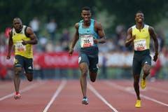 Jason Young (mitte) siegt im 200m Lauf über 19,98. Alex Wilson (links) wird Vierter, Curtis Mitchell läuft auf Rang drei. (Bild: Philipp Schmidli / Neue LZ)