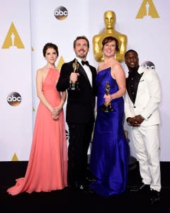 Der Oscar für den besten Animations-Kurzfilm geht an «Feast». Bild v.l.: Anna Kendrik, Patrick Osborne, Kristina Reed und Kevin Hart. (Bild: Keystone / Paul Buck)