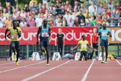 Ndure Jaysuma Saidy gewinnt den 100m A-Lauf der Männer, Verwirrung bei Antoine Adams (zweiter von rechts) und Richard Thompson (rechts). (Bild: Philipp Schmidli / Neue LZ)