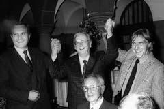 Walter Roderer feiert am 13. November 1987 im Stadthaus in Zürich das Jubiläum «30 Jahre Gastspieltheater Walter Roderer». V.l.n.r.: Stadtpräsident Thomas Wagner, Roderer, Emil Steinberger. (Bild: Keystone / Str.)