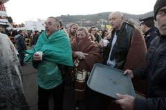 Eine Fähre bringt einige der Passagiere zum Hafen Porto Santo Stefano. (Bild: Keystone / AP)