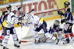 Joel Perrault, Mitte, von Ambri, trifft das Tor von Jussi Markkanen.
