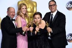 """Der beste Film heisst """"Spotlight"""", was auf Deutsch """"Rampenlicht"""" bedeutet. In diesem standen nun (v. l.): Steve Golin, Blye Pagon Faust, Nicole Rocklin und Michael Sugar. (Bild: Keystone/EPA/Paul Buck)"""