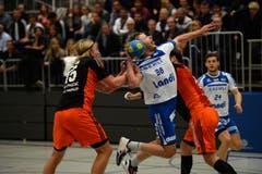 Thomas Hofstetter wird von zwei Gegenspielern in die Zange genommen. (Bild: Nadia Schärli)