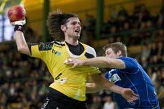 Daniel Schmid vom HCK (rechts) kann Fabian Christ gerade noch bremsen. (Bild: Keystone)