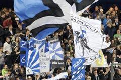 EVZ-Fans schwenken ihre Fahnen. (Bild: Pius Amrein / Neue LZ)
