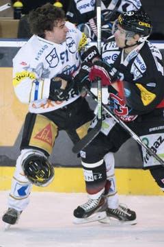 Zugs Fabian Schnyder (links) gegen Tristan Vauclair. (Bild: Keystone)