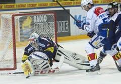 EVZ Goalie Eero Kipelaeinen gegen Morris Trachsler von den ZSC Lions. (Bild: Keystone)