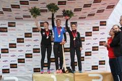 Triumphierende Frauen: Siegerin Susanne Rüegger (Mitte), die Zweitplatzierte Petra Eggenschwiler (links) und Claudia Bernasconib(3. rechts). (Bild: Ramona Geiger/ Claude Hagen/LZ)