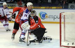 Jussi Markkanen stoppt Rangers Best Player Ryan Callahan. (Bild: Keystone)