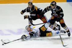 Luganos Steve Hirschi, links, Zugs Johan Morat, Mitte unten, und Luganos Fredrik Pettersson, rechts, kämpfen um den Puck. (Bild: Keystone Samuel Golay)