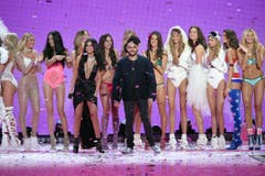 Gruppenbild mit Selena Gomez und The Weeknd im Vordergrund. (Bild: Keystone)