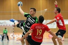 Der Krienser Tobias Baumgartner (links) gegen Pfadis Dino Bajram. (Bild: Philipp Schmidli)
