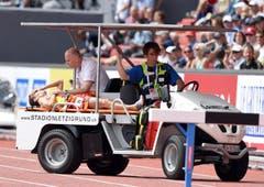 Victor Garcia aus Spanien erlitt beim 3000-Meter-Lauf einen Kollaps und musste vom Platz gefahren werden. (Bild: Keystone)