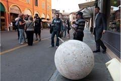 In Modena fiel eine Steinkugel von der Kirche «del Voto» auf die Strasse. (Bild: Keystone / EPA)
