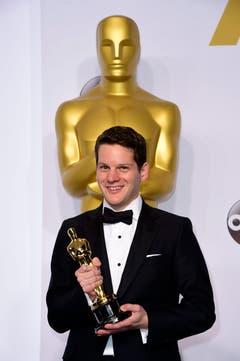 Graham Moore posiert mit dem Oscar für das beste adaptierte Drehbuch («The Imitation Game – Ein streng geheimes Leben») (Bild: Keystone / Paul Buck)