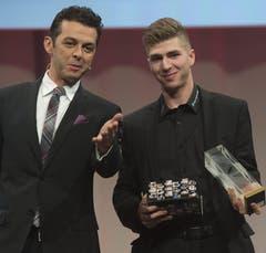 Lino Martschini ist Aufsteiger des Jahres, hier mit Moderator Jann Billeter. (Bild: Keystone)
