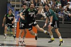 Kriens Boris Stankovic (Mitte) gegen Diomidis Argous Charalampos Mallios (links) und Davor Taskovic. (Bild: Philipp Schmidli/Neue LZ)