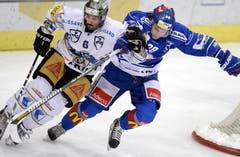 Der Zuger Tim Ramholt (links) versucht den Puck gegen den Zürcher Sven Senteler zu behaupten. (Bild: Keystone)