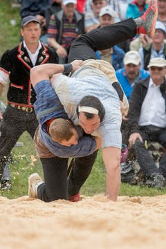Joel Wicki, links, und Daniel Bösch im 4. Gang. (Bild: Urs Flüeler, Keystone / Rigi Staffel, 09.07.2017)