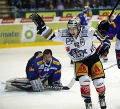 EV Zug Stürmer Lino Martschini feiert den ersten Zuger Treffer zum 0-1 gegen Kloten Flyers Torhüter Ronnie Rüeger.