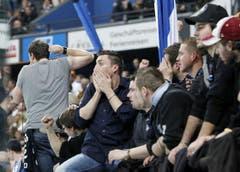 Enttäuschte EVZ-Fans nach Spielende. (Bild: Stefan Kaiser / Neue ZZ)