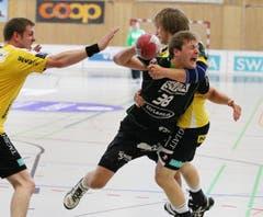 Geblockt Andreas Keel: Tom Hofstetter vom HC Kriens-Luzern. (Bild: Philipp Schmidli/Neue LZ)