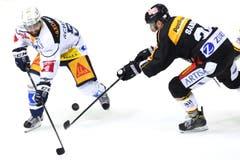 Zugs Fabian Schnyder (links) gegen Luganos Raffaele Sannitz (Bild: Samuel Golay / Keystone)