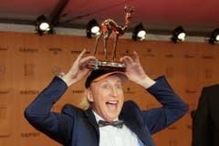 """Als """"King of Comedy"""" wurde Komiker Otto Waalkes mit einem Bambi geehrt - der Komiker bedankte sich jodelnd. Ebenfalls ausgezeichnet: Die Künstler der Vox-Musikshow """"Sing meinen Song - Das Tauschkonzert"""". (Bild: AP / Markus Schreiber)"""