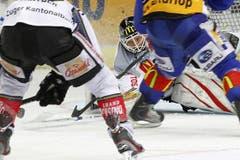 Der Zuger Goalie Jussi Markkanen hat die Scheibe im Visier. (Bild: Keystone)