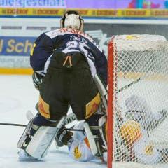 Zug-Goalie Michael Tobler im Duell mit Gottérons Benny Plüss (Bild: Keystone)