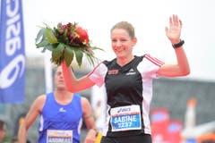 Sabine Hauswirt siegt bei den Frauen im Halbmarathon. (Bild: Dominik Wunderli/LZ)