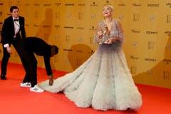 """Popstar Sängerin Rita Ora (""""Body on Me""""), jetzt ebenfalls stolze Besitzerin eines Bambi, trat in einem ausgefallenen Fransen-Kleid auf. (Bild: AP / Markus Schreiber)"""