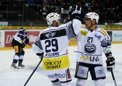 Ambri-Jubel nach dem 1:1. Im Bild Jason Williams (links) und Richard Park. (Bild: Keystone)