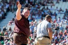 Christian Stucki, links, freut sich über seinen Sieg im zweiten Gang gegen Ruedi Eugster. (Bild: PETER SCHNEIDER)
