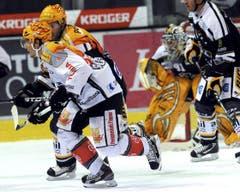 Zugs Damien Brunner (im Vordergrund) gegen Jaroslav Bednar. (Bild: Keystone/Karl Mathis)
